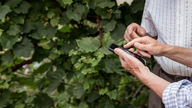 Zbliżenie ręce trzymając smartfon