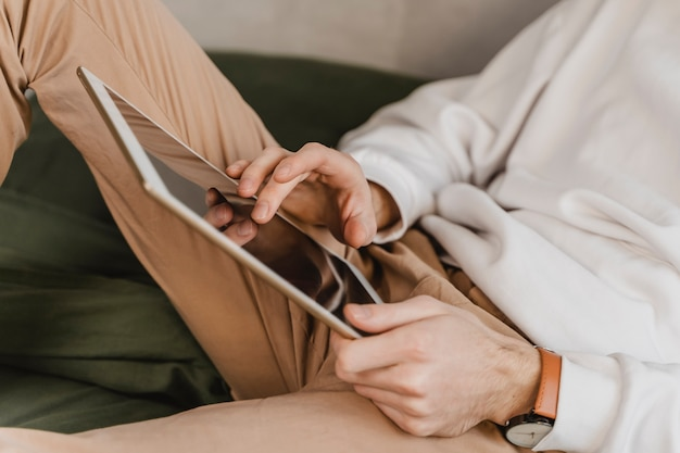 Zbliżenie ręce trzymając tablet