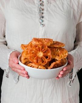 Zbliżenie ręce trzymając talerz z jedzeniem