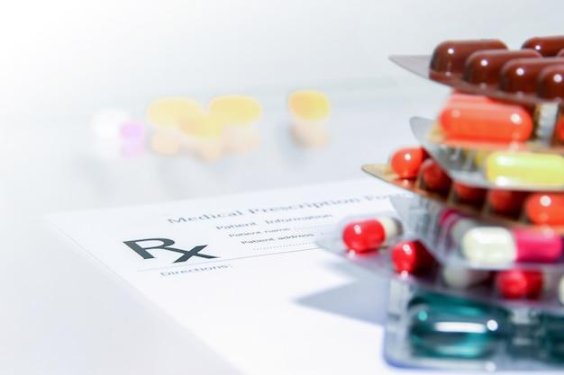 Zbliżenie recepty medycznych rzeczy postaci i pigułki leku i kapsułki
