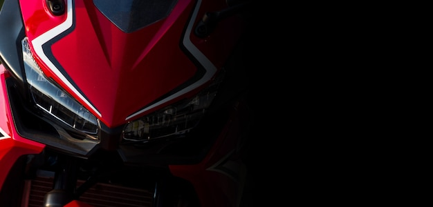 Zbliżenie reflektoru frontowy widok motocyklu bigbike w sala wystawowej