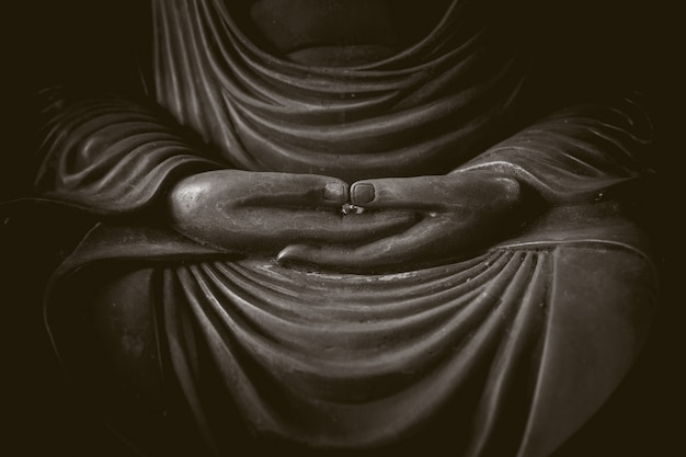 Zbliżenie ręka buddha, pokojowa azjatykcia buddha zen tao religii stylu sztuki statua