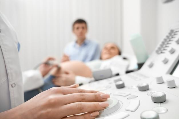 Zbliżenie ręka kobiety lekarka na ultradźwięk maszynie