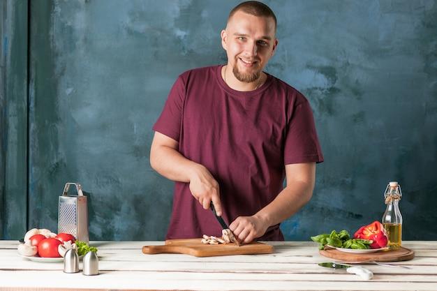 Zbliżenie ręka robi pizzy szefa kuchni szefa kuchni