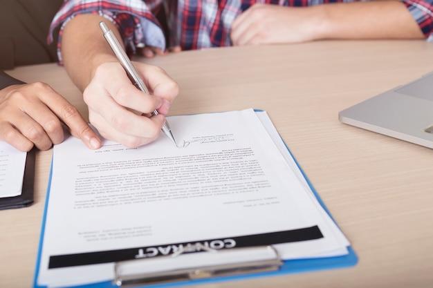 Zbliżenie ręka znak na kontrakta papierze. sukces koncepcji biznesowej.