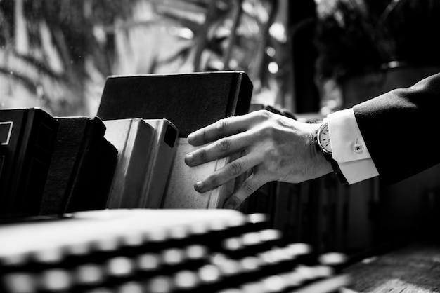 Zbliżenie ręki dostawanie książki