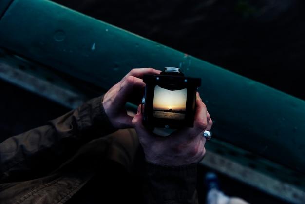 Zbliżenie ręki mienia kamera