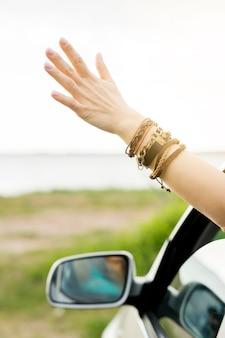 Zbliżenie ręki na samochód