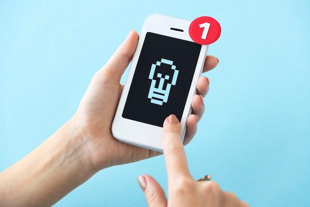 Zbliżenie ręki trzyma papierowego rzemiosła telefonu komórkowego mockup