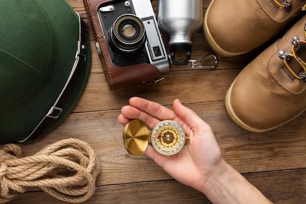 Zbliżenie ręki trzymającej kompas