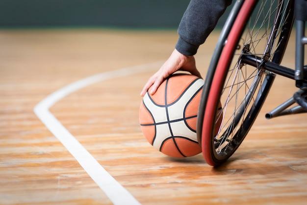 Zbliżenie ręki trzymającej koszykówkę