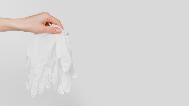 Zbliżenie ręki trzymającej rękawiczki