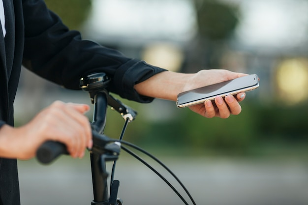 Zbliżenie ręki trzymającej telefon komórkowy