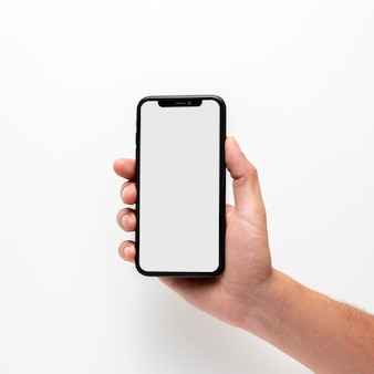 Zbliżenie ręki trzymającej telefon