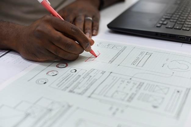 Zbliżenie ręki writing na strona internetowa układu papieru planie