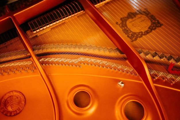 Zbliżenie ręki wykonawcy muzyki gra na pianinie