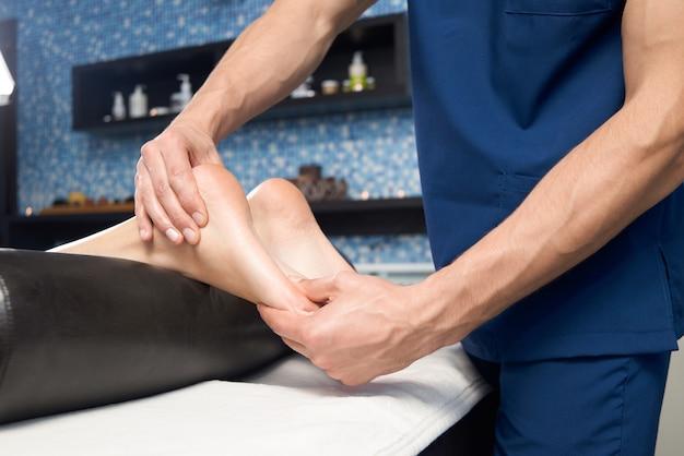 Zbliżenie relaksujący masaż żeńska stopa w zdroju salonie