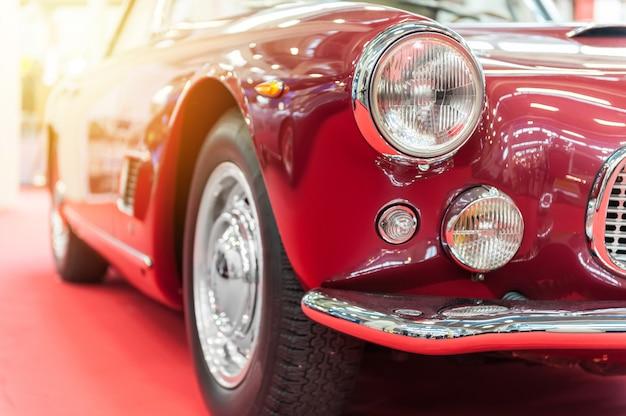 Zbliżenie rocznika czerwony samochód