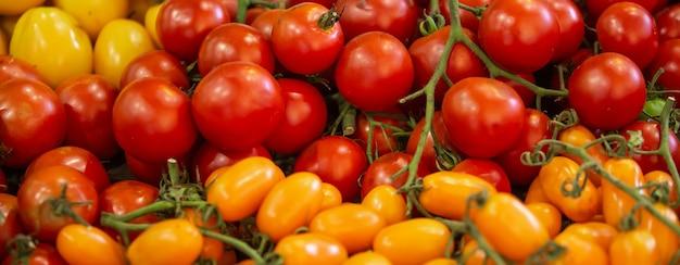 Zbliżenie rodzaju świeżych pomidorów na rynku, żywności i koncepcji warzyw