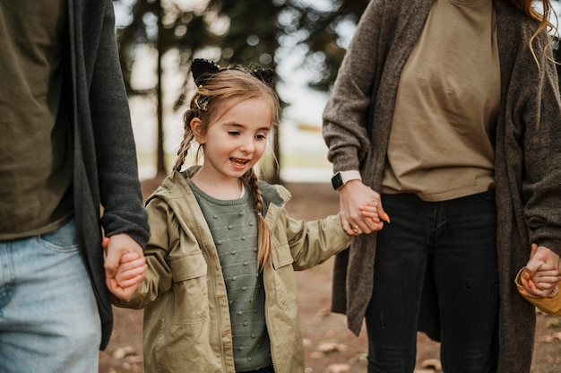 Zbliżenie Rodzice Trzyma Małą Dziewczynkę Premium Zdjęcia