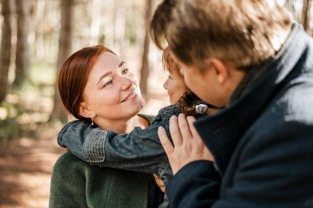 Zbliżenie rodziców przytulanie dziecka