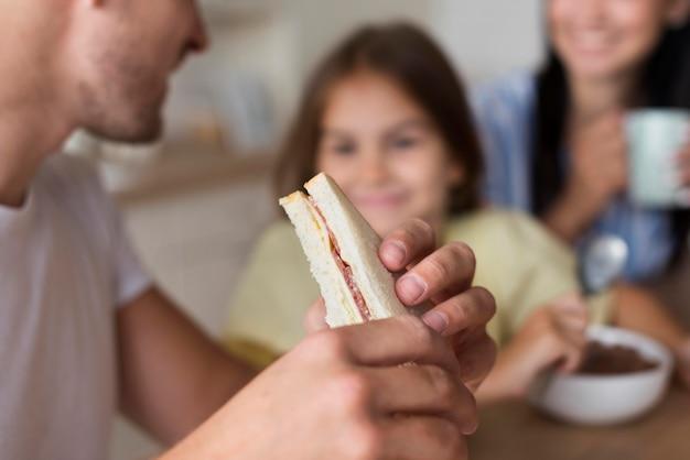 Zbliżenie rodziny jedzenia razem