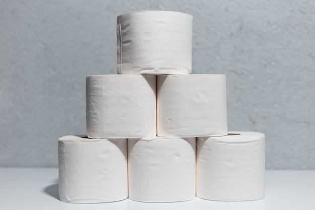 Zbliżenie rolek papieru toaletowego na białym stole
