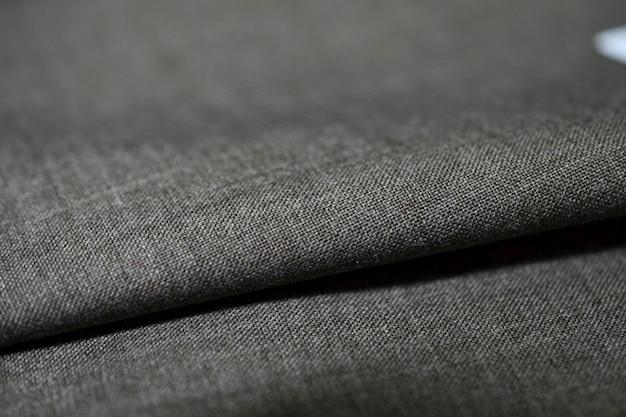 Zbliżenie rolki ciemnoszarej tkaniny koloru