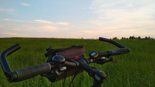 Zbliżenie roweru w zielonym polu