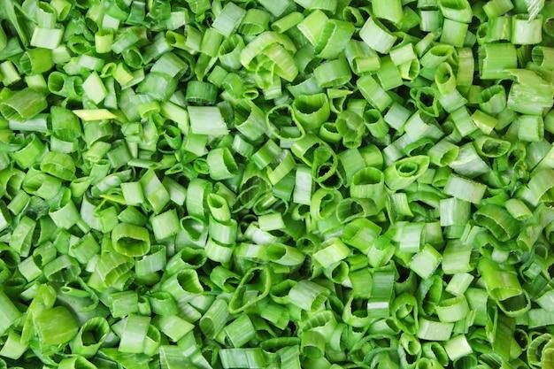Zbliżenie rozdrobnionej zielonej cebuli