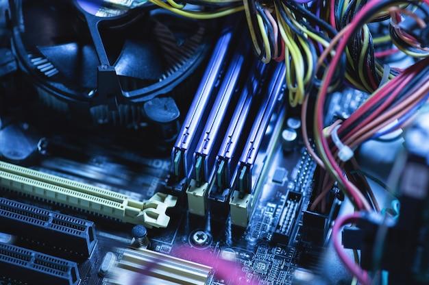 Zbliżenie różnych części komputera wewnątrz komputera