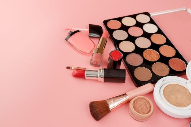 Zbliżenie różnych produktów do makijażu