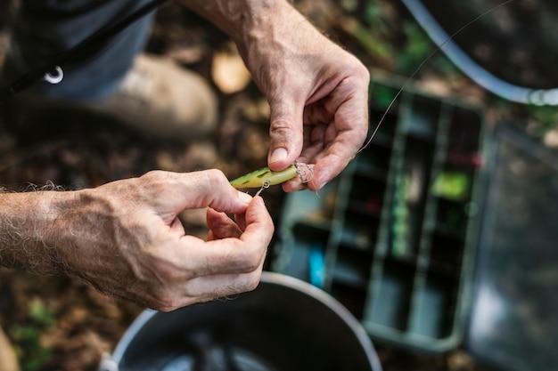 Zbliżenie rybaka kładzenie na popasie