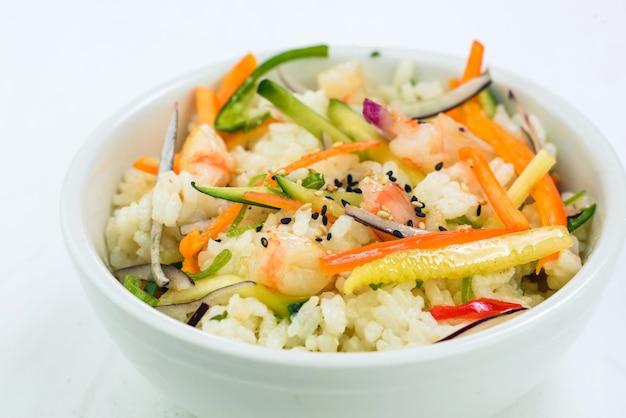 Zbliżenie ryżu z krewetkami i warzywami