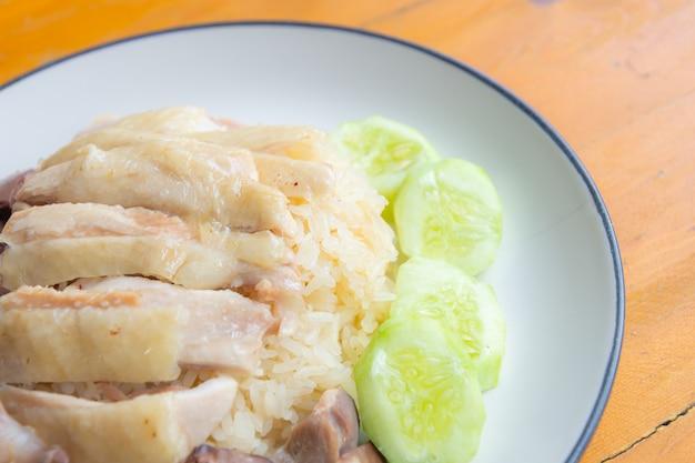Zbliżenie Ryżu Z Kurczaka Z Ogórkiem Na Drewnianym Stole Premium Zdjęcia