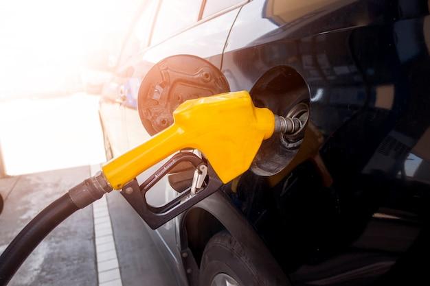 Zbliżenie samochodu uzupełnia paliwo olejowe na stacji benzynowej