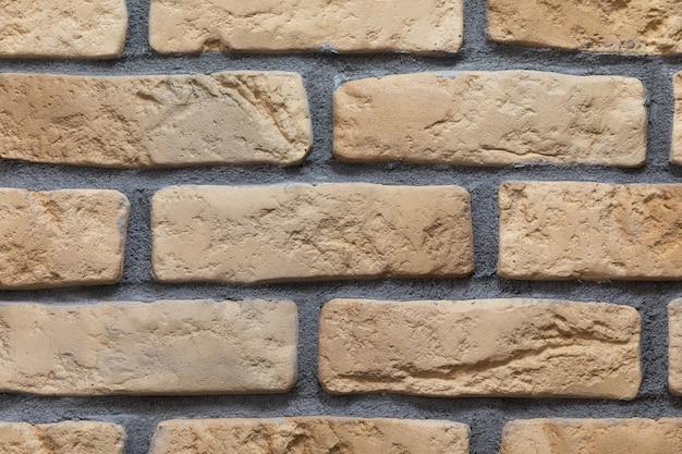 Zbliżenie ściany murowanej z ceramiczną cegłą licową w kolorze mlecznej czekolady