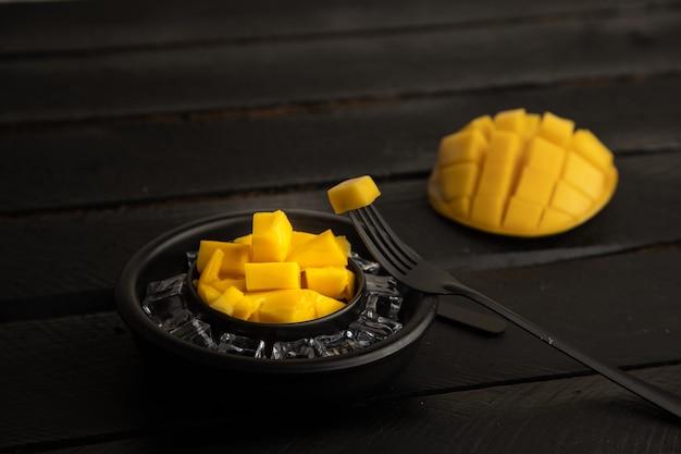 Zbliżenie selektywne focus strzał pokrojone mango widelcem