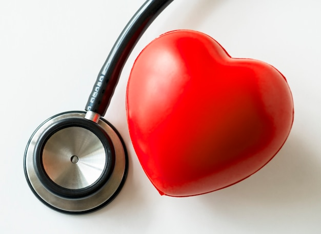 Zbliżenie serca i stetoskopu sercowo-naczyniowego checkup pojęcie