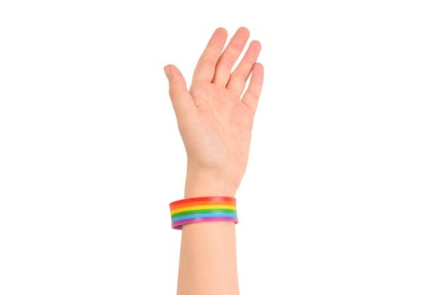 Zbliżenie serca wykonane przez kobiece dłonie z bladą skórą na białej powierzchni