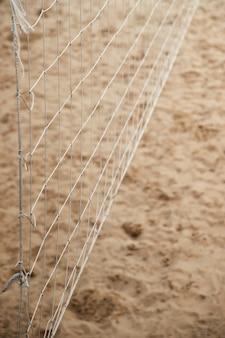 Zbliżenie siatki do siatkówki na plaży. letnia aktywność na świeżym powietrzu. selektywne skupienie.