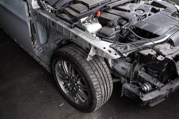 Zbliżenie silnika samochodu. silnik spalinowy, części samochodowe, deteyling. parsing jankyard