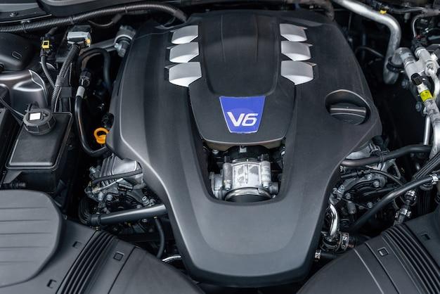 Zbliżenie silnika v nowoczesnych luksusowych samochodów z widokiem z przodu części samochodowych z silnikiem spalinowym