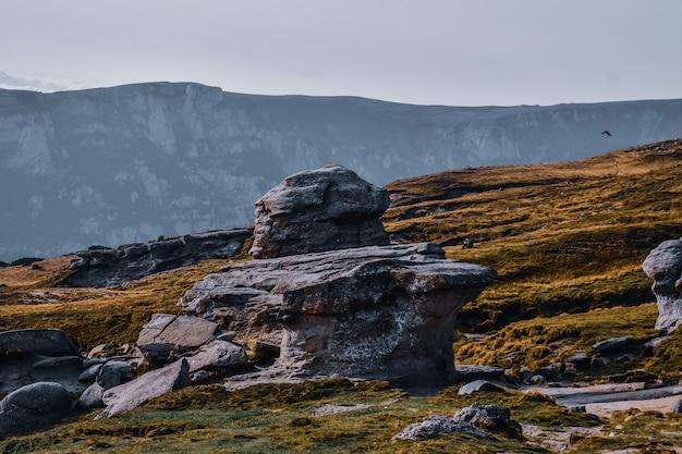 Zbliżenie skał na pagórkowatym krajobrazie