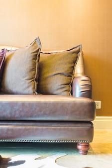 Zbliżenie skórzaną sofę z poduszkami