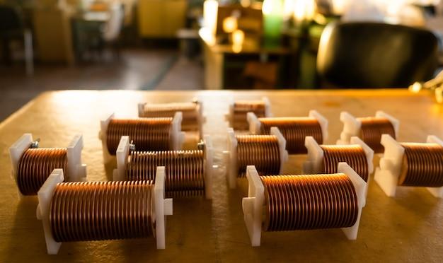 Zbliżenie skręconych cewek z drutu miedzianego