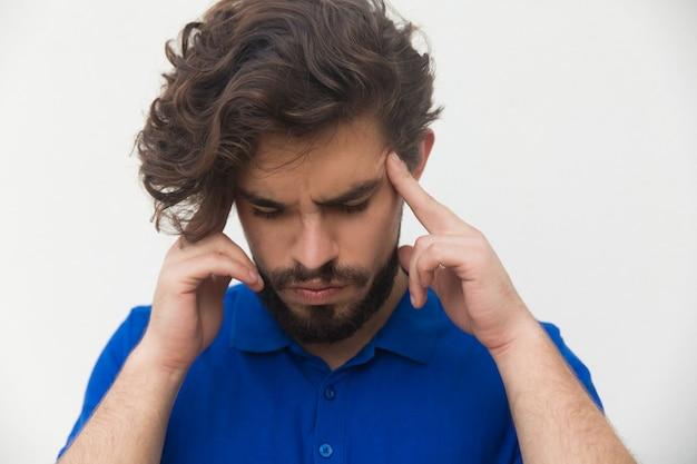 Zbliżenie skupiająca się zmęczonego faceta macania głowa