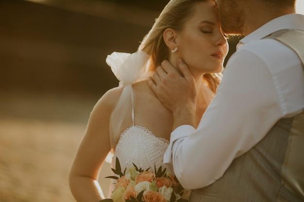 Zbliżenie ślicznej młodej pary nowożeńców