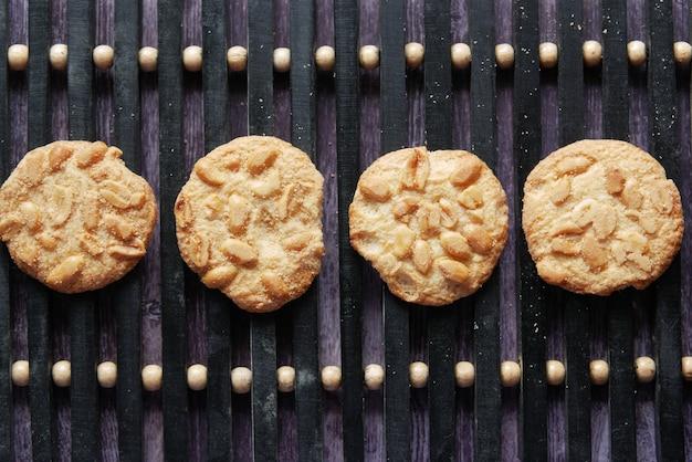 Zbliżenie słodkich ciasteczek orzechowych na drewnianym stole