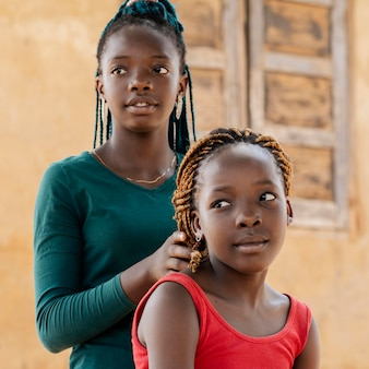 Zbliżenie słodkie afrykańskie dziewczyny na zewnątrz